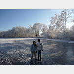 Auf dem gefrorenen Stockenweiler Weiher